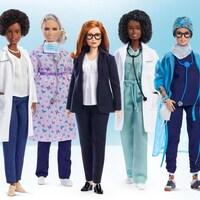 les 6 nouvelles poupées Barbie portent leurs vêtements de travail et sont photographiées sur fond bleu clair.