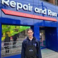 Rémy Dunoyer, vice-président et cofondateur de Repair and Run, devant son magasin à Toronto.
