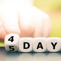 Une main tourne un dé et change l'expression « semaine de 5 jours » en « semaine de 4 jours ».