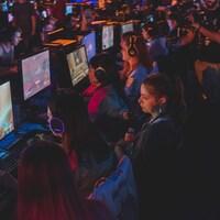 Des femmes jouent à un jeu vidéo lors d'un événement de sport électronique.