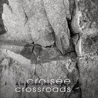 Le titre de l'exposition « À la croisée des chemins » est présenté avec la photo d'un rocher comme arrière-plan.