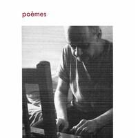 La page couverture du recueil « poèmes » de Patrice Desbiens, avec une photo de l'auteur qui tape sur une machine à écrire installée sur une chaise.
