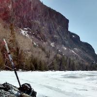 Équipement de ski de fond pris en photo à côté d'un lac et près d'une montagne