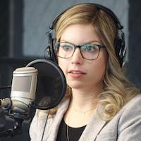 Stéphanie Chouinard dans les studios de Radio-Canada à Sudbury