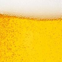 Des bulles se forment dans un verre de bière.
