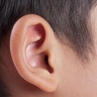 Une photo prise de l'oreille d'un enfant.