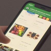 Une personne consulte l'application Flashfood sur son téléphone intelligent.