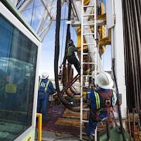 Des travailleurs s'activent sur le site d'un puits de gaz naturel en Colombie-Britannique.