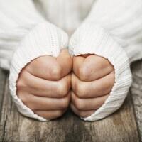 Une personne a froid aux mains.