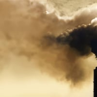 Une tour rejette une grande quantité de fumée dans l'atmosphère.