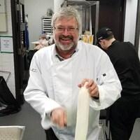 Michel Lachaume, spécialiste en fruits et légumes et développement des affaires chez Hector Larivée (affairé dans une cuisine).