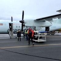 Des passagers qui embarquent dans un avion d'Air Canada.