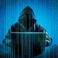 Un pirate informatique devant son ordinateur.