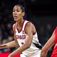 Une basketteuse de l'équipe canadienne en plein match.