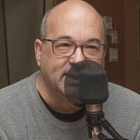 Michel C. Auger au micro de Catherine Perrin.