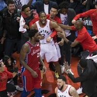 Un joueur de basketball manifeste sa joie avec des spectateurs.