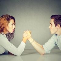 Une femme et un homme disputent une partie de tir au poignet.