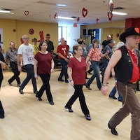 Les danseurs du Club Bolo de Montréal s'adonnent à la danse en ligne
