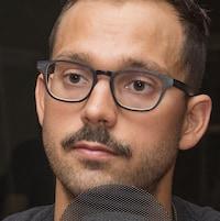Un plan serré de Xavier Desharnais devant un micro