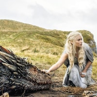 L'actrice Emilia Clarke touche un dragon une scène de la série <i>Game of Thrones</i>.