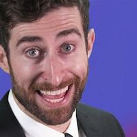 L'animateur Scott Rogowsky sourit à pleines dents.