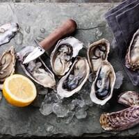 Des huîtres sur un plateau de service avec du citron.