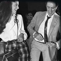Une youtubeuse montre une photo d'archive de Pierre Elliott Tudeau dansant dans cette image tirée du documentaire interactif <i>Loi Surême</i>.
