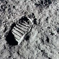 Trace de pas de l'astronaute Neil Armstrong, laissée le 20 juillet 1969 sur le sol lunaire.