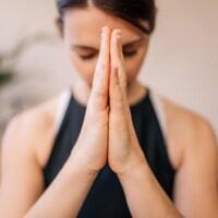 Une femme pratique la méditation.