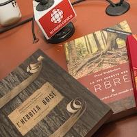 Les livres présentés par Pierre Gingras étalés sur une table
