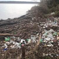 À gauche, la photo d'une berge jonchée de déchets, à droite, celle d'un homme à côté de sacs à poubelle bien pleins.