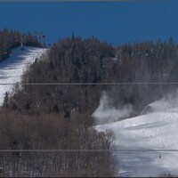 Des pentes de ski avec de la neige.