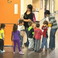 Des enfants avec leurs éducatrices dans un CPE.