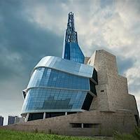 Photo extérieure du Musée canadien pour les droits de la personne à Winnipeg.
