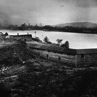 Une image d'archive en noir et blanc montrait un fort à côté d'un plan d'eau le séparant de l'île de Montréal.