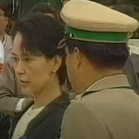 Un militaire parle à Aung San Suu Kyi.