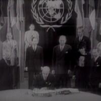 Un chef de délégation signe la Charte des Nations unies lors de la conférence de San Francisco en 1945.