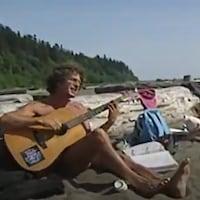 Un musicien et une adepte du naturisme profitent de la plage Wreck en Colombie-Britannique.