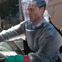 Scène du film Contagion mettant en vedette l'acteur Jude Law.