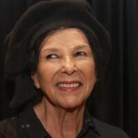Portrait d'Alanis Obomsawin sur fond noir.