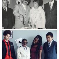 Quatre adolescents habillés de complets posent pour le photographe, souriants.