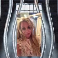 Capture d'écran du compte Instagram de Britney Spears, placé en mortaise sur un fond de barreaux de prison.