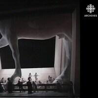 Statue géante du cheval de Troie sur la scène de l'Opéra Bastille lors de représentation de l'oeuvre Les Troyens d'Hector Berlioz.
