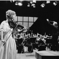 La violoniste Marie Lacasse joue avec l'Orchestre Métropolitain de Montréal en 1986.