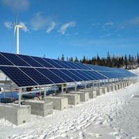 Les panneaux solaires photovoltaïques de la station d'expérimentation de Nergica à Rivière-au-Renard.