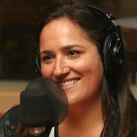 Photo de Caroline Huard devant un micro de radio.