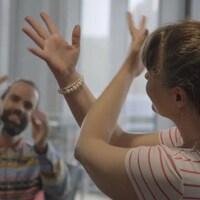 Capture d'écran d'une vidéo qui montre un homme et une femme qui dansent.