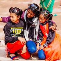 Des filles se photographient en selfie dans une rue de New Delhi.
