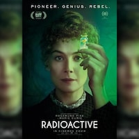 L'actrice Rosamund Pike incarne Marie Curie.