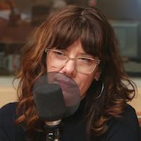 Photo de Jade Bourdages devant un micro de radio.